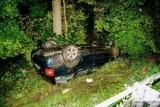 Samochód wyleciał z drogi i dachował w przydrożnym rowie [ZDJĘCIA]