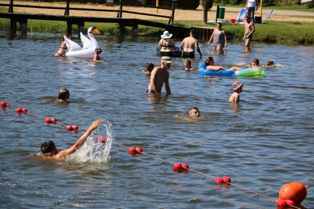 Jak bawią się turyści i mieszkańcy nad jeziorami w Skępem