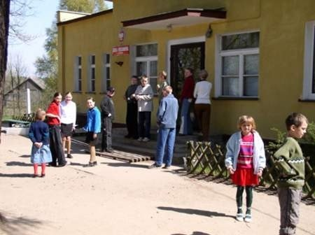 Uśmiechnięte buzie uczniów SP w Gotelpiu mogą świadczyć nie tylko o dobrej atmosferze w placówce. Remont budynku (na zdjęciu w tle) przypadł im najwyraźniej do gustu. Fot. Maria Sowisło