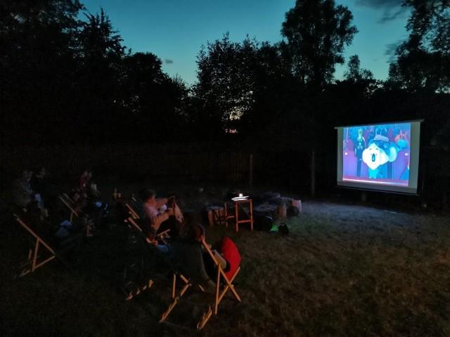 Fundacja Brama Epok organizowała latem 2021 r. pokazy kina plenerowego. Na zdjęciu pokaz w Osadzie Milewita w Mileszewach w gminie Jabłonowo Pomorskie