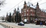 Co zrobić z prestiżowym budynkiem przy Dworcowej w Bydgoszczy? Kiedyś była tam dyrekcja kolei. Teraz pomysłów brak...