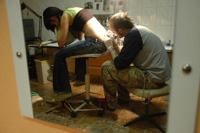 Już 15 lat temu nie brakowało chętnych do zrobienia sobie wiosennego tatuażu. 1 marca odwiedziliśmy salon tatuażu przy ul. Bohaterów Westerplatte w Zielonej Górze.