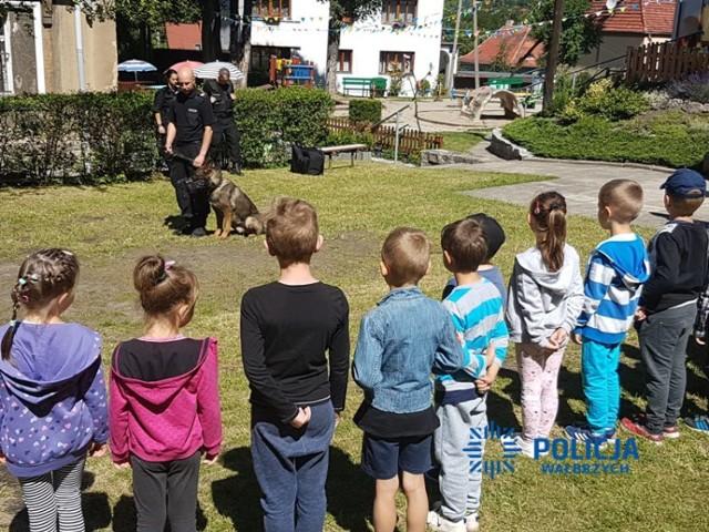 """W ramach akcji """"Bezpieczne wakacje"""", policjanci odwiedzili dzieci z Przedszkola Niepublicznego nr 2 w Wałbrzychu"""
