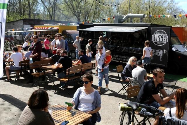 Food Trucki pojawią się ponownie w Tomaszowie Mazowieckim. Nie zabraknie atrakcji dla najmłodszych, strefy chillout i świetnego jedzenia. W dniach 18-19 sierpniach będziecie mogli skosztować m.in. tajskich lodów, indyjskiej kuchni czy węgierskich kołaczy. Szczegóły w artykule poniżej.