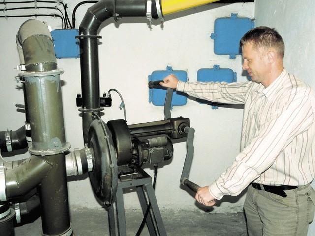 W schronie przekazanym harcerzom jest nawet pompa ręczna do filtrowania powietrza