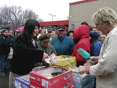 Akcja rozdawania łakoci spotkała się z ogromnym zainteresowaniem. Witold Zatorski (z prawej) miał sporo pracy przy nakładaniu ciastek.