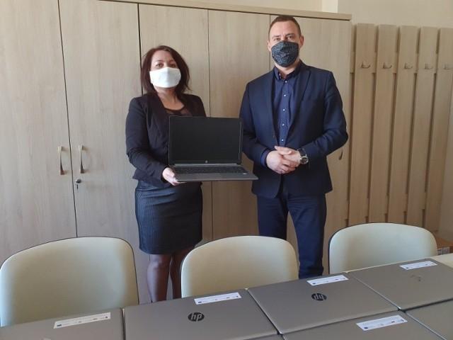 """Laptopy z programu """"Zdalna szkoła"""" trafiły do 14 szkół w Tarnobrzegu."""