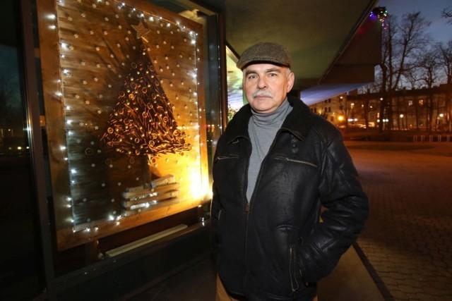 Robert Pęczek - scenograf z Kieleckiego Centrum Kultury i przygotowana przez niego witryna z cynamonem i pomarańczami.