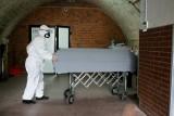 Krematorium w Poznaniu pracuje na dwie zmiany. Branża pogrzebowa też ma kontakt z COVID-19