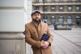 """Borys Szyc ukrył w Warszawie pięćset książek """"Kobieta w oknie""""!"""