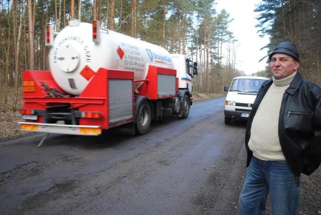 Sołtys Lutola Mokrego Tadeusz Jankowiak jest zadowolony, że nareszcie rozpocznie się remont tej trasy
