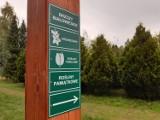 Nowe oznakowanie w Arboretum Leśnym im. prof. Stefana Białoboka w Stradomi