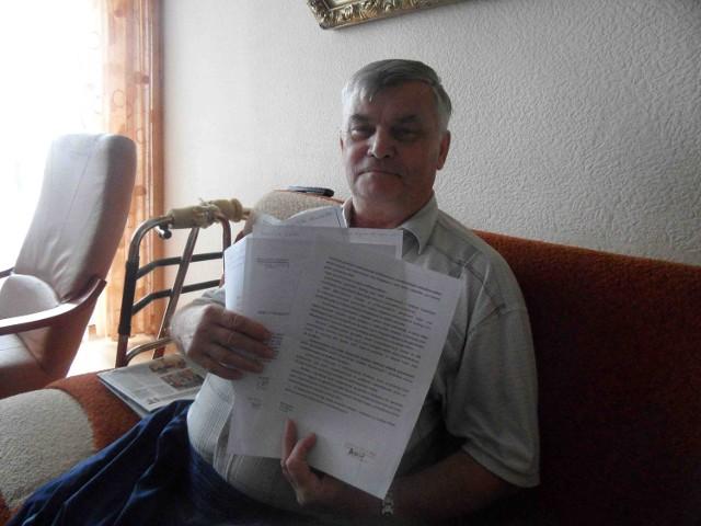 Augustyn Kluge wysłał już kilkanaście pism do różnych instytucji w sprawie budowy podjazdu przed blokiem