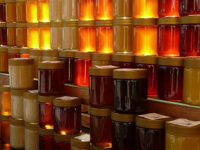 Targ Miodowy to nowa impreza, podczas której poruszony zostaną tematy ginącej populacji pszczół, miejskiego pszczelarstwa i wszystkiego, co związane jest z miodem i jego cudownymi właściwościami.  Goście targu będą mogli kupić różnogatunkowe miody z różnych części Polski, także te wpisane na listę produktów regionalnych, potrawy z miodem, kosmetyki na bazie miodu, miody pitne czy woskowe świece.  Na dzieci czekają tematyczne warsztaty kreatywne, kulinarne oraz zajęcia i opowieści z miodem w tle.  Szczegółowy program dostępny jest tutaj.  16 października, niedziela, godz. 10, Państwowe Muzeum Etnograficzne, ul. Kredytowa 1, wstęp 6 zł.