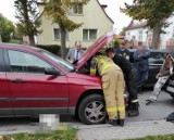 Kotek w komorze silnika auta. Uratowali go strażacy ze Szczecinka [zdjęcia]