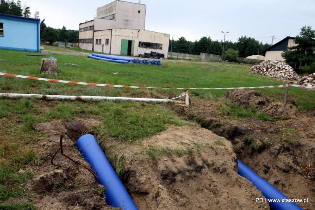 """Nowe rury mają ograniczyć """"wodne"""" kłopoty mieszkańców Staszowa."""
