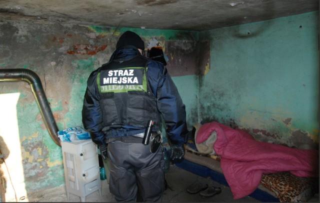 Wraz ze wzrostem temperatury powietrza, Straż Miejska zakończyła kontrole miejsc przebywania osób bezdomnych z inicjatywy własnej. Jednak zgłoszenia od mieszkańców dotyczące tych osób są przyjmowane i realizowane przez cały rok.