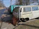 Wraki samochodów na ulicy Ugaj koło cmentarza w Tomaszowie. Straż miejska szuka właściciela [ZDJĘCIA]