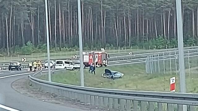 Do poważnego zdarzenia doszło w sobotę 22 maja na trasie S3 na wysokości Międzyrzecza, dokładnie między węzłem Skwierzyna Południe a węzłem Międzyrzecz Północ.  Około godziny 9.30 zderzyły się dwa pojazdy, jeden z nich wypadł z drogi. Na miejscu są strażacy oraz policja. Chociaż, jak informują nas Czytelnicy, zdarzenia to wygląda bardzo poważnie, to na szczęście nikt nie ucierpiał.  Na ten moment zablokowany jest jeden pas ruchu i ruch odbywa się lewym pasem. Szacuje się, że utrudnienia potrwają do godz. 12.30.  Na węźle Międzyrzecz Północ tworzy się bardzo duży zator, zalecane zjechanie z S3 na węźle Międzyrzecz Zachód albo Południe.  WIDEO: Na S3 powstają kolejne stacje paliw i restauracje