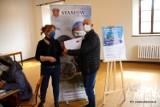 Mieszkańcy Staszowa wypełnili obowiązek i otrzymali biało-czerwone flagi (ZDJĘCIA)
