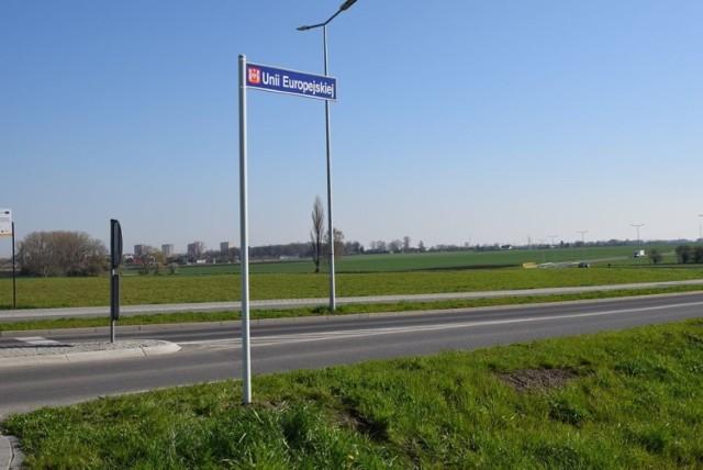 Nowy łącznik ulic Szymborskiej i Marulewskiej w Inowrocławiu ma już swoją nazwę. Właśnie zostały zamontowane tablice z nazwą ulicy Unii Europejskiej.