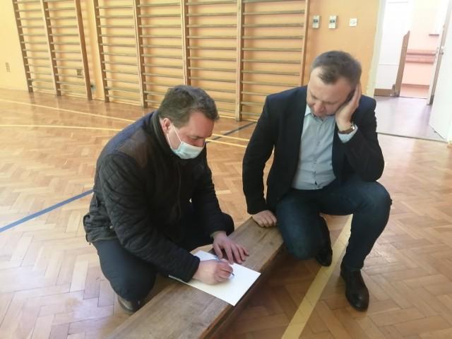 Od lewej dr Marek Kos dyrektor szpitala i starosta Marcin Piwnik planują rozstawienie boksów w hali na potrzeby masowego punktu szczepień.