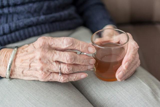Infekcja koronawirusem jest szczególnie niebezpieczna dla seniorów z uwagi na choroby towarzyszące, które obniżają naturalne siły obronne organizmu.
