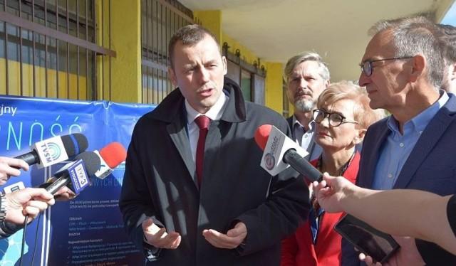 Mikołaj Wild (pierwszy z lewej) mówił przed wyborami samorządowymi, że są szanse na rządowe inwestycje w Grudziądzu. Iwona Michałek (w środku) głosowała przeciw poprawkom w tej sprawie