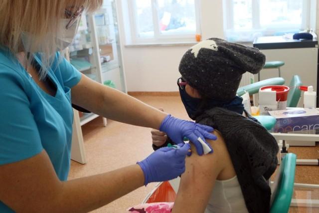 Gorączka, bóle mięśni i głowy, dreszcze – na takie objawy skarżyła się część osób, które przed weekendem - 12 i 13 lutego br. - przyjęły szczepionkę AstraZeneca, zabezpieczającą przed COVID-19. To grupa nauczycieli, pedagogów i opiekunów żłobków, którzy zgłosili się w miniony piątek oraz w sobotę do punktów szczepień. O możliwych skutkach ubocznych zostali uprzedzeni. Są podobne jak np. po szczepieniach na grypę, a każdy organizm reaguje indywidualnie. Wystąpiły nie tylko u łódzkich pracowników oświaty i wychowania. Potwierdzone zostały też po szczepieniu tym preparatem u części (ok. 25-30%) medyków w Szwecji czy Francji.    Na co narzekali łódzcy nauczyciele po szczepieniu? Czytaj na kolejnych slajdach