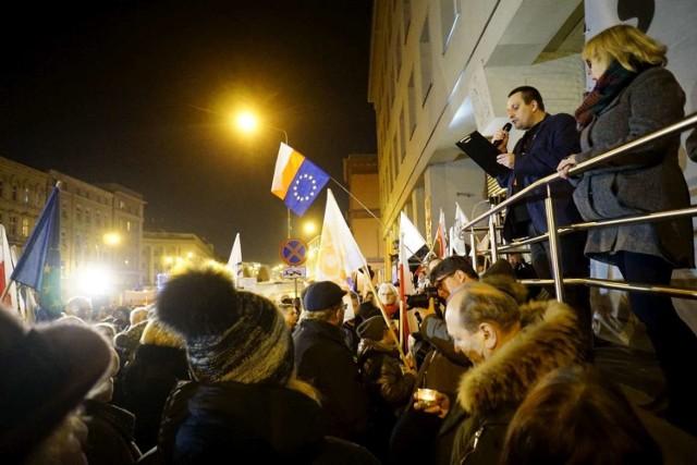 W środę, 18 grudnia działacze związani z Komitetem Obrony Demokracji oraz mieszkańcy Poznania spotkali się pod Sądem Rejonowym w Poznaniu, by wspólnie protestować przeciw projektowi nowelizacji ustawy o sądach powszechnych i Sądzie Najwyższym.  Przejdź do kolejnego zdjęcia --->