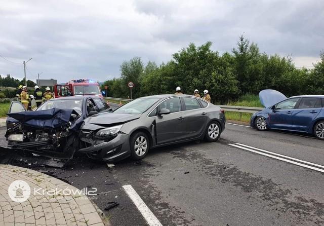 Niedaleko Krakowa doszło do zderzenia czterech samochodów