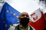 Kraków. Członkowie małopolskiego KOD-u spacerowali i przypominali o 17. rocznicy wstąpienia do Unii Europejskiej [ZDJĘCIA]