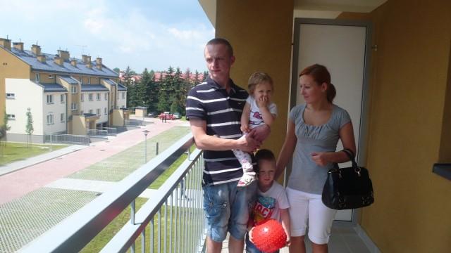 Czteroosobowa rodzina Nowaków w nowym mieszkaniu