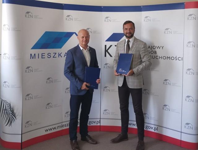 Burmistrz Grójca Dariusz Gwiazda (z lewej) oraz wiceprezesem Krajowego Zasobu Nieruchomości Jarosławem Puckiem.