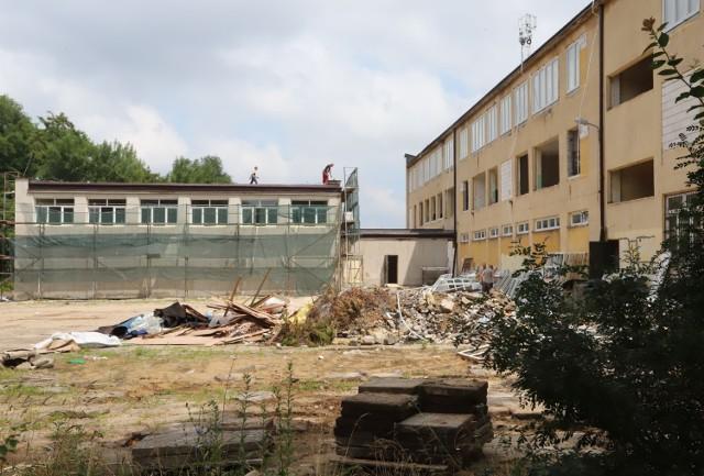 Dawna szkoła przy ulicy Kujawskiej w Radomiu przechodzi gruntowną przebudowę. Trwa między innymi wymiana okien.