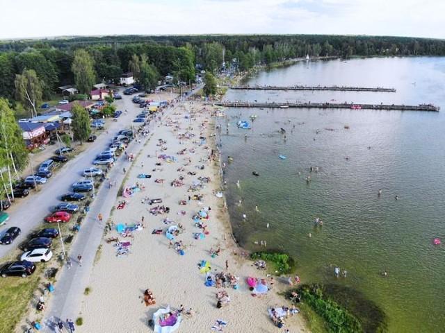 Jezioro Firlej u wrót pojezierza łęczyńsko-włodawskiego to cztery plaże, wodne atrakcje, a także dwa pomosty, ścieżka pieszo-rowerowa oraz bary i restauracje.  Sprawdź na mapie: