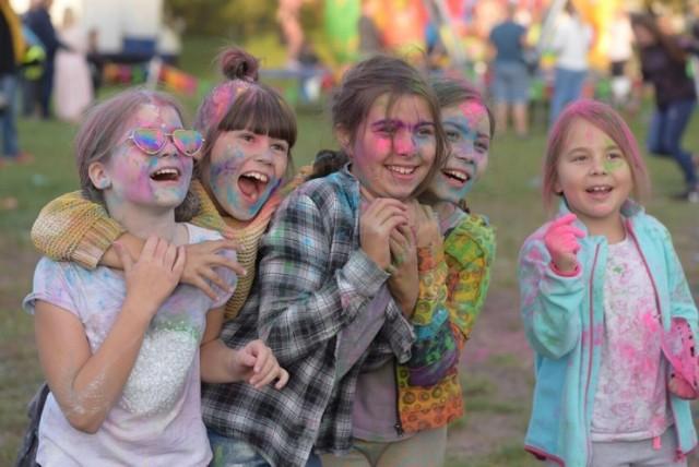Święto Kolorów i Dzień Baniek Mydlanych na osiedlu Chorzeń w Koninie.