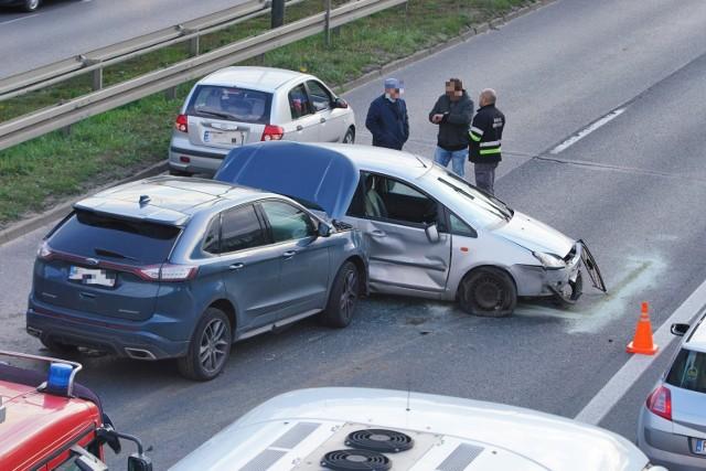 W niedzielę doszło do wypadku z udziałem trzech samochodów osobowych na ulicy Niestachowskiej w Poznaniu.   Kolejne zdjęcie -->