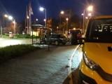 Kierowca nissana wjechał w przystanek autobusowy przy rondzie Santockim