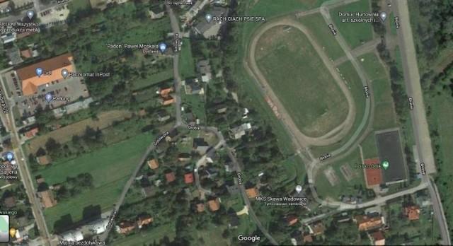 Starosta wadowicki wystąpił do burmistrza Wadowic, ten poprosił o zgodę na zamianek działek. Nowa siedziba straży pożarnej powstanie przy ul. Błonie w Wadowicach,