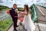 Przepiękny ślub nad Odrą w Nowej Soli. Tak nad rzeką powiedzieli sobie Magdalena i Paweł. Wyszły bajeczne zdjęcia