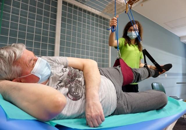 Leczenie pacjentów chorych na COVID-19 zaczyna się na farmakologii i powinno, dla najlepszych efektów leczenia, zostać uzupełnione o rehabilitację.