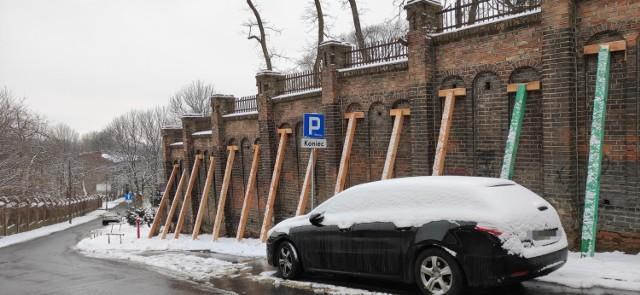 Mur przy ul. Dolnej Panny Marii w Lublinie został zabezpieczony przez specjalne podpory