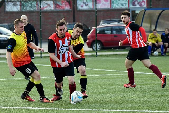 Piłkarze TKP (w pasy) ambitnie walczyli w derbach powiatu.