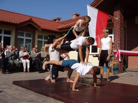 Już niedługo uczniowie Zespołu Szkół Specjalnych takie gimnastyczne popisy będą mogli pokazać w nowiutkiej sali gimnastycznej. Fot. Radosław Osiński