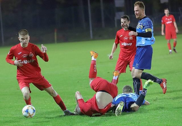 Walka trwała do upadłego, piłkarze obu drużyn nie oszczędzali się na boisku i chcieli wygrać
