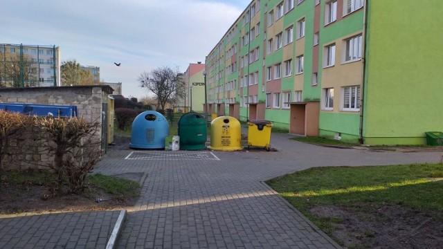 W Chełmnie na osiedlu Kopernika między blokiem 9 i 10 stoją dzwony m.in. do szkoła i makulatury