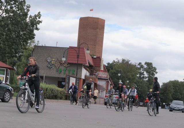 Start i meta trasy rowerowej wokół jeziora Gopło znajduje się w Kruszwicy, pod siedzibą Nadgoplańskiego Oddziału PTTK
