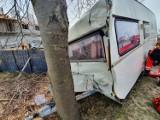 Tragedia w Czersku. Na 40-letnią kobietę, która szła chodnikiem wjechała przyczepa kempingowa