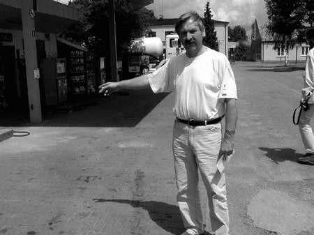 Leszek Pilarski pokazuje, w którym miejscu został rzucony na ziemię. Foto: GRAŻYNA FOLARON